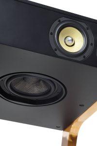 Cette enceinte universelle permet la convergence de la Haute Fidélité traditionnelle et des nouveaux médias numériques. Une seule prise suffit afin de faire fonctionner le LD et bénéficier d'une restitution de son de grande qualité, immersive et puissante notamment grâce au système Wide Sound et les haut-parleurs développés par La Boite concept.
